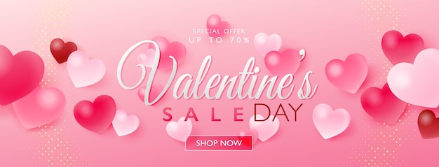 Bannière de concept de vente saint valentin avec des boules de verre en forme de coeur sur fond rose