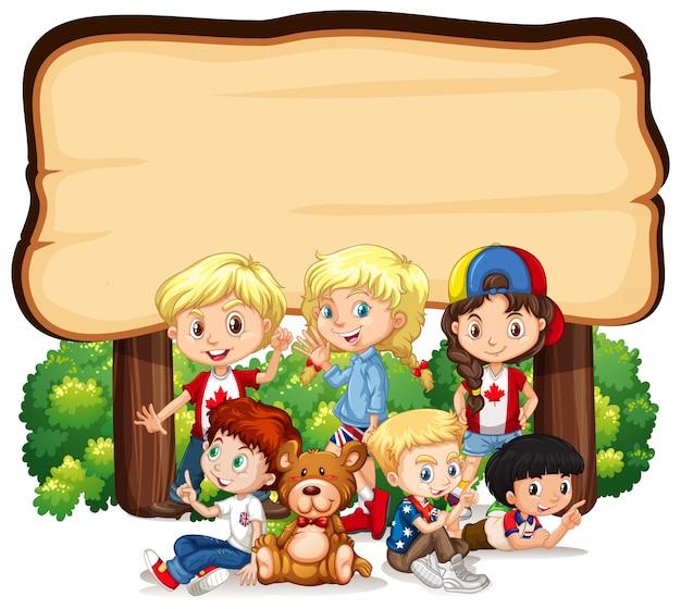 Bannière avec des enfants sous un panneau en bois