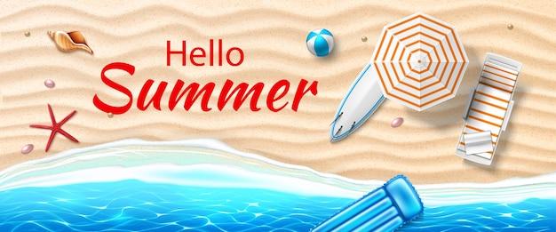 Bannière d'été bonjour plage de bord de mer avec matelas de planche de surf de chaise longue de vagues azur
