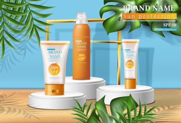 Bannière d'été protection solaire avec des bouteilles de crème solaire sur les stands avec des feuilles tropicales