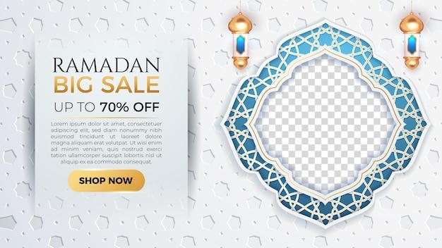 Bannière de grande vente de ramadan kareem avec un espace vide de cadre bleu pour la photo et l'arrière-plan de patern blanc