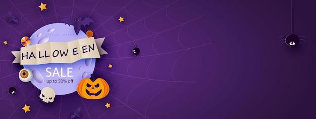 Bannière d'halloween heureuse ou fond d'invitation à la fête avec la lune, les chauves-souris et les citrouilles drôles dans un style découpé en papier. illustration vectorielle. pleine lune dans le ciel, toiles d'araignées et étoiles.