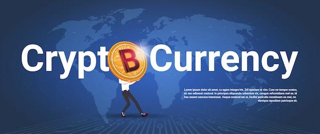 Bannière horizontale cryptographique homme tenant un bitcoin doré sur fond de carte du monde