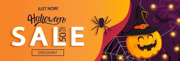 Bannière horizontale de vente d'halloween avec citrouille-sorcière invitant à faire du shopping avec de grosses remises. modèle pour le web, affiche, flyers, annonce, promotions, blogs, médias sociaux, marketing. illustration vectorielle.
