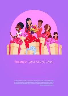Bannière internathappy ional womens day avec différentes dames sur des coffrets cadeaux et cadeaux empilés sur le modèle du 8 mars