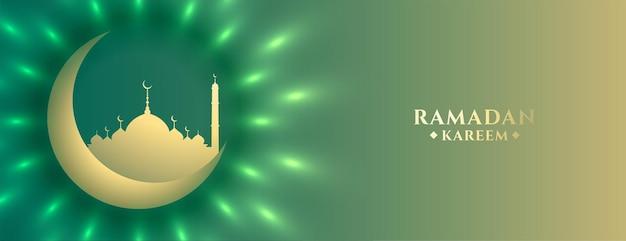 Bannière islamique ramadan kareem lune et mosquée brillante