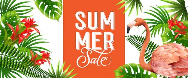 Bannière orange de vente d'été avec des feuilles de palmier, des fleurs tropicales rouges et flamant rose.