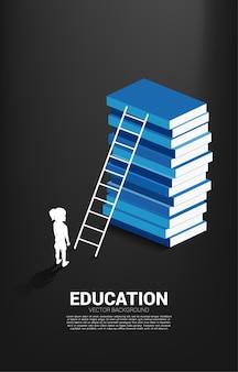 Bannière pour le pouvoir de la connaissance. silhouette de jeune fille debout devant la pile de livres avec échelle.