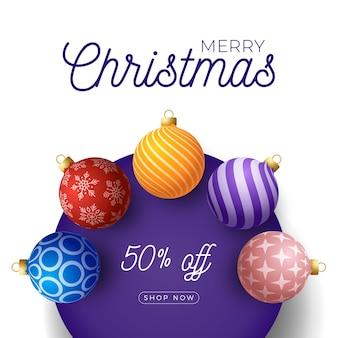 Bannière de promotion de noël. boules de noël colorées sur cercle violet.