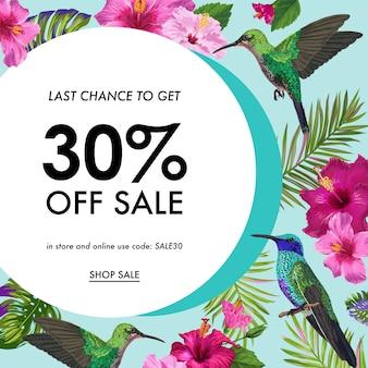 Bannière de soldes d'été avec des fleurs tropicales et des oiseaux