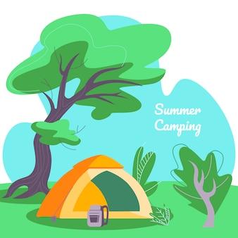 Bannière, tente et sac à dos de camping d'été sur fond de paysage de forêt profonde