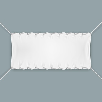 Bannière textile accrochée par des cordes
