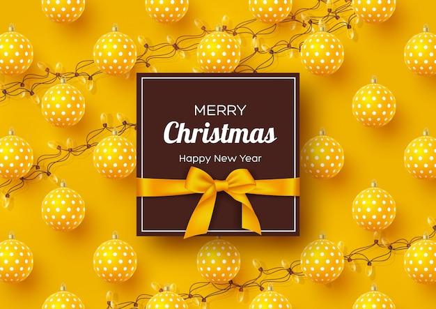 Bannière de vacances de noël. boules 3d réalistes avec motif géométrique, des guirlandes et une étiquette avec un arc en soie. fond jaune de nouvel an, illustration vectorielle.