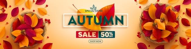 Bannière de vente d'automne avec des feuilles colorées d'automne sur jaune
