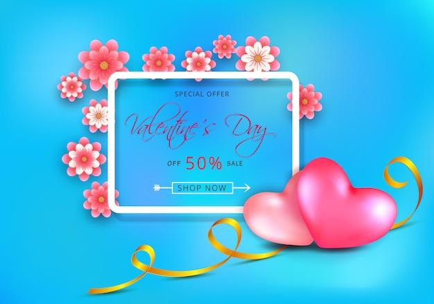 Bannière de vente discount pour la saint-valentin avec des fleurs roses découpées dans du papier et des coeurs sur bleu