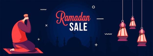 Bannière de vente du ramadan avec un homme musulman faisant la prière (namaz) sur un tapis à fronnt de la mosquée silhouette.