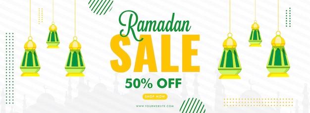 Bannière de vente du ramadan avec offre de réduction de 50% et lanternes suspendues décorées sur blanc