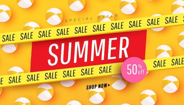Bannière de vente d'été créative dans des couleurs vives à la mode avec ballon de plage