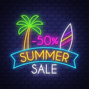 Bannière de vente d'été. enseigne au néon.