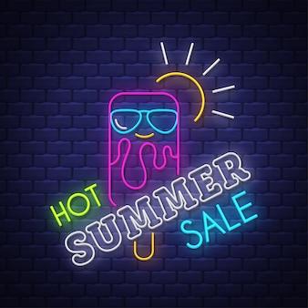 Bannière de vente d'été. inscription au néon.