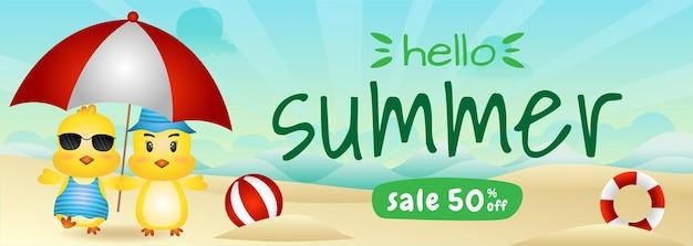 Bannière de vente d'été avec un joli couple de poussins utilisant un parapluie sur la plage