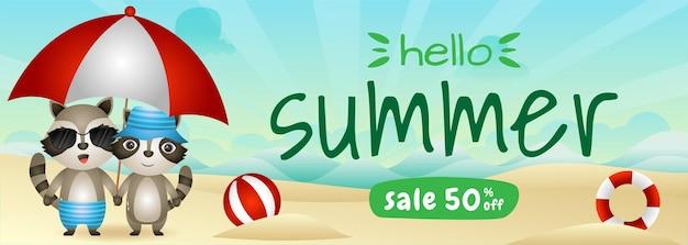 Bannière de vente d'été avec un joli couple de ratons laveurs à l'aide d'un parapluie sur la plage