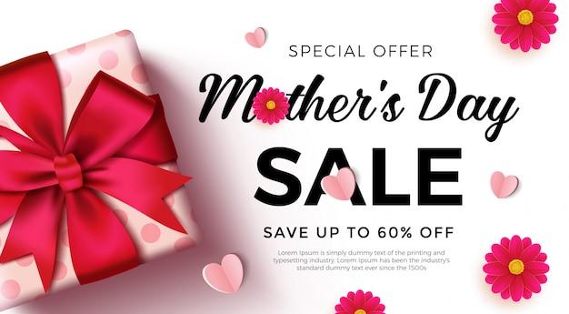 Bannière de vente de la fête des mères avec une belle boîte-cadeau, des coeurs en papier et des fleurs.