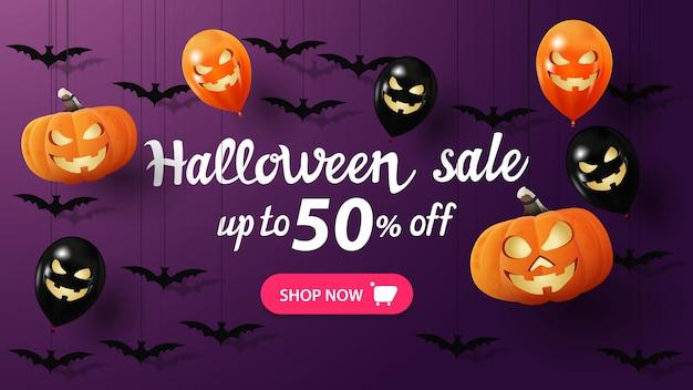 Bannière de vente halloween, bannière pourpre d'escompte avec des chauves-souris, des citrouilles et des ballons