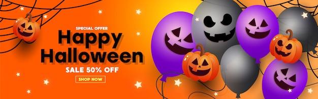 Bannière de vente halloween avec des chauves-souris en papier, des araignées et des toiles d'araignées.