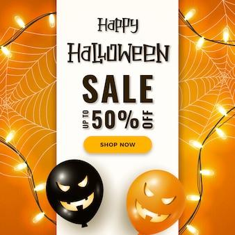 Bannière de vente happy halloween avec des ballons à air effrayants, des lumières de guirlande et toile d'araignée sur orange