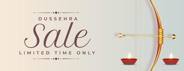 Bannière de vente heureuse de dussehra avec arc et flèche réalistes