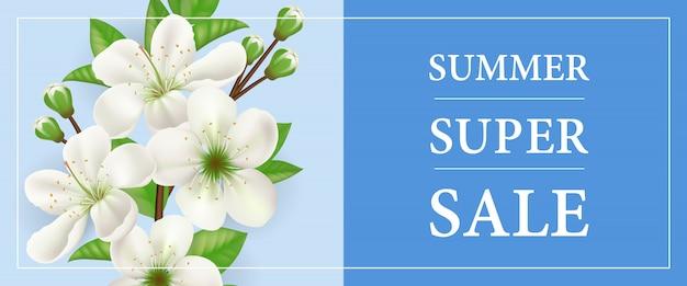 Bannière de vente super été avec une branche de pommier fleurissant blanc sur fond bleu.