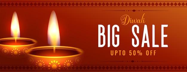 Bannière web large de grande vente de diwali avec deux diya rougeoyants