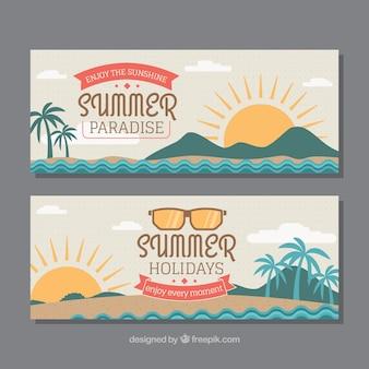 Bannières décoratives avec des soleils et des palmiers pour l'été