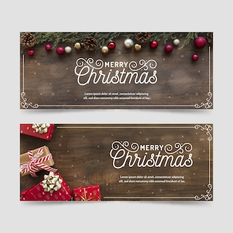 Bannières de noël avec des cadeaux de fond en bois