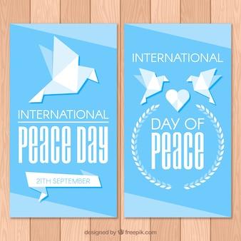 Bannières de paix avec une colombe géométrique plane