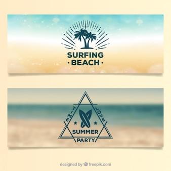 Bannières de plage brouillé avec badeges de surf moderne