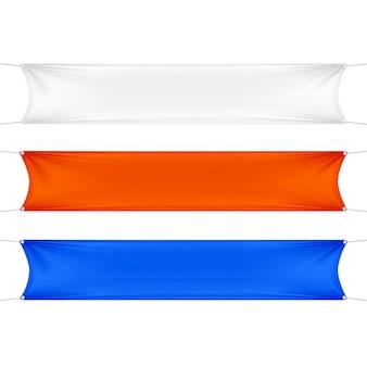 Bannières rectangulaires horizontales vides blanches, rouges et bleues serties de cordes de coins.