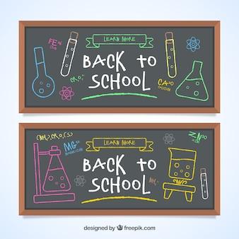 Bannières de retour à l'école avec des croquis sur le tableau noir