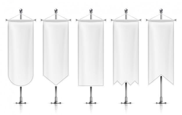 Bannières suspendues verticales. drapeaux vides blancs sur poteau métallique.