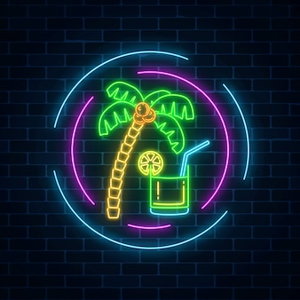 Bar à cocktails d'été au néon signe sur fond de mur de brique sombre. publicité au gaz incandescent avec caipirinhas shake et palm.