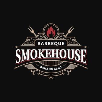 Bar de restaurant de barbecue de fumoir et logo de cadre fleuri vintage de gril