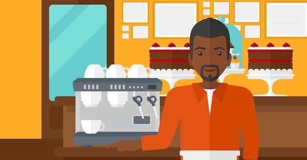 Barista debout près de la cafetière.