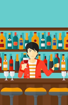 Barman debout au comptoir du bar
