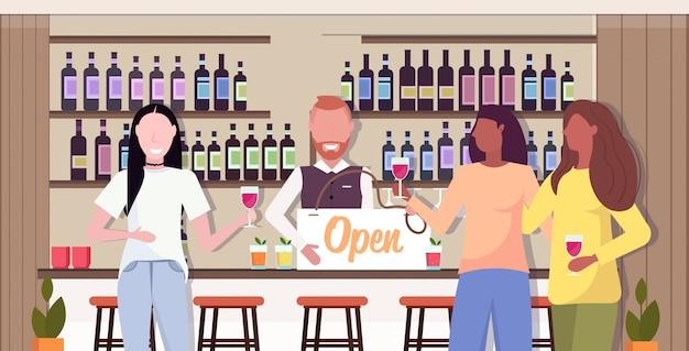 Barman tenant panneau ouvert