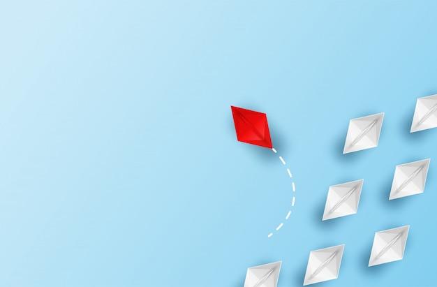 Le bateau rouge en papier va au but de la réussite.