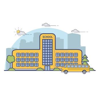 Le bâtiment de l'école secondaire et élémentaire de la ville avec le bus jaune.