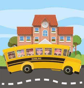 Bâtiment scolaire et bus avec des enfants sur la route