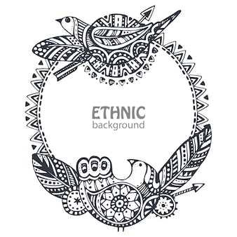 Beau cadre avec des éléments ethniques dessinés à la main, des oiseaux, des flèches, des plumes.