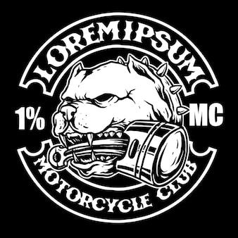 Beau chien taureau avec moto à piston dans la bouche